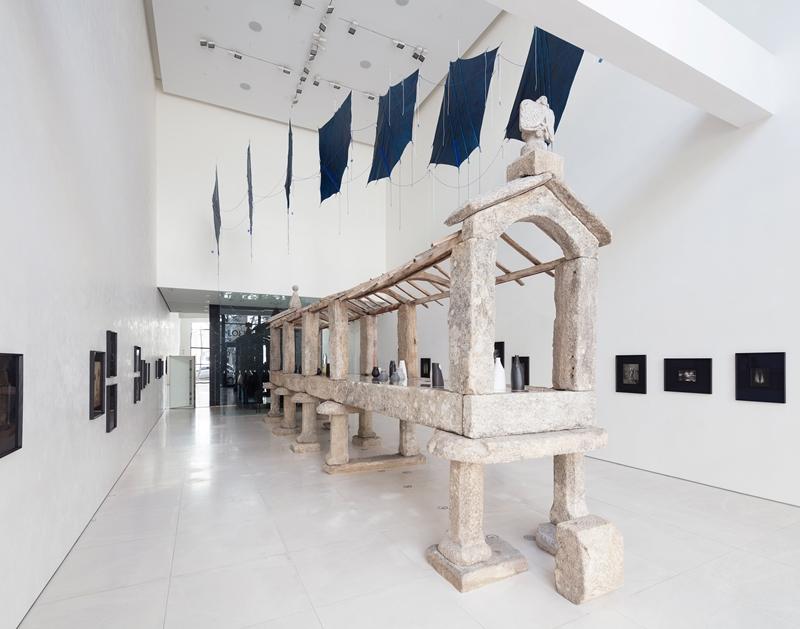 LOEWE跨界藝術展:攝影、陶器、布料的優美呢喃