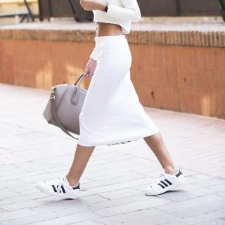 裙子配球鞋,有什麼不可以!白球鞋就是今年時尚關鍵字!