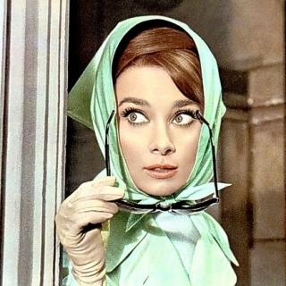 連奧黛麗赫本都愛的超百搭單品!絲巾穿搭術來囉