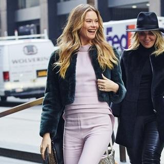 從冬日換上浪漫粉色!席捲歐美女星的粉色系穿搭