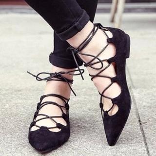 平底鞋也時尚!歐美街拍最IN的綁帶平底鞋