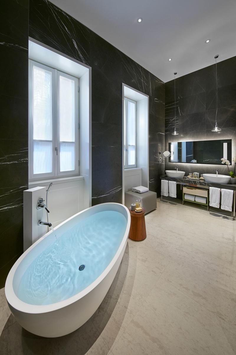 Milano套房衛浴採光充足。