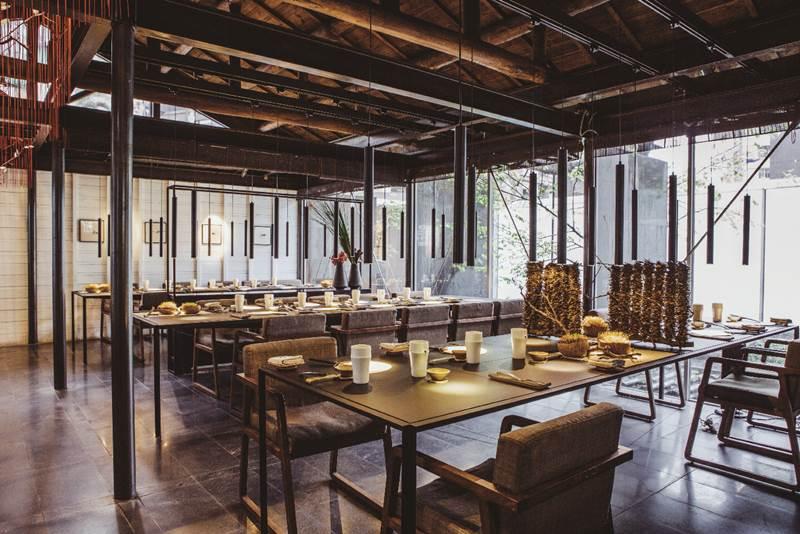 黑鐵、木椅與花藝,讓用餐氣氛顯得寧靜。