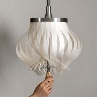 這不規則的百葉窗吊燈,轉一轉就變形還會變暗!