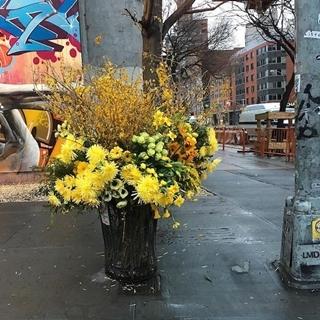 在紐約到處撒花,垃圾桶對他來說也是種花瓶