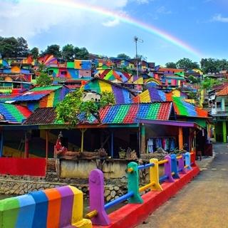 換上了永久的彩虹濾鏡,這座小鎮成了IG新打卡地標