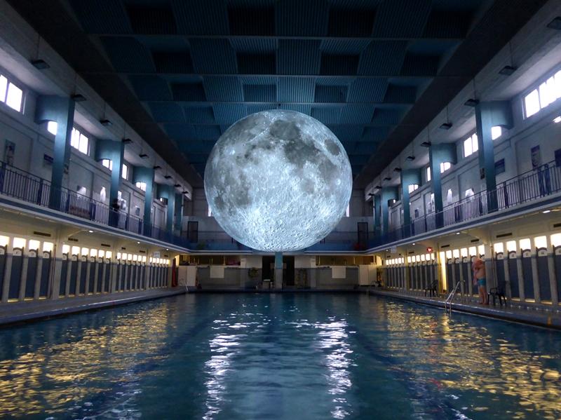 親愛的,我把月亮縮小了!英國藝術家Luke Jerram的月亮博物館計畫