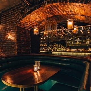 藏在少女咖啡廳後方!如魔法般幽暗存在的「紐約秘密地窖...