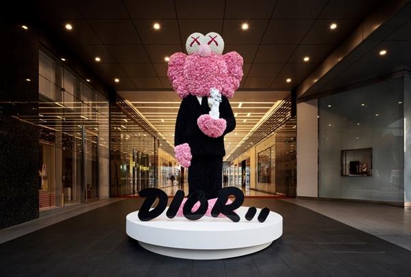 DIOR邀藝術家KAWS創作 在台北新光三越 A11 Pop-up Store看...