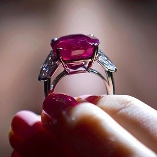 刷新世界紀錄!Cartier「日出紅寶石」9億台幣得...