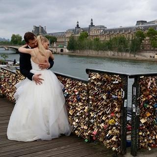 愛之鎖太沉重!巴黎藝術橋卸下100萬顆愛的重量